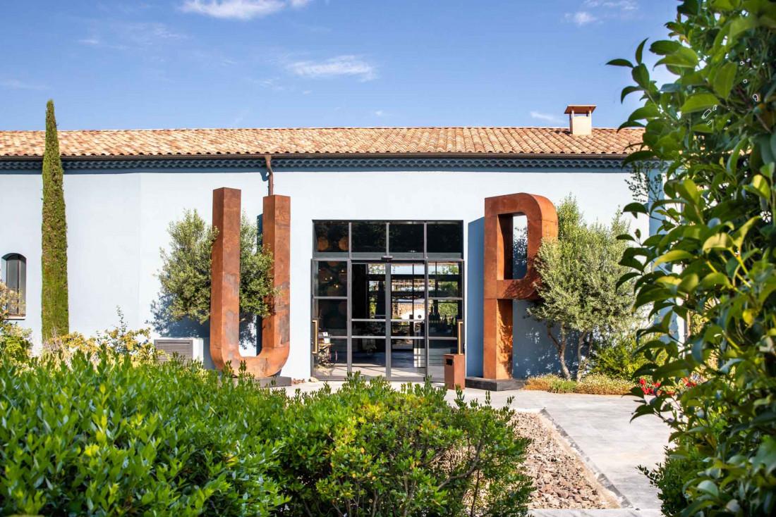 Ultimate Provence | L'entrée du chai flanquée de ses deux initiales en acier © DR