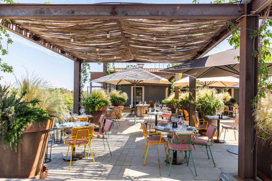 Ultimate Provence | La terrasse en rooftop attire toute la vie de l'hôtel aux beaux jours © Léa Gil