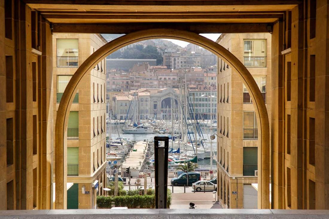 Vue sur la rue de la loge et le Vieux port © Objectifimages OTCM