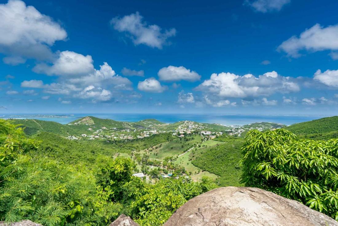 La vue depuis les collines de Saint-Martin donne sur l'Océan Atlantique et la mer des Caraïbes © Dutch Sint Maarten Tourism Board