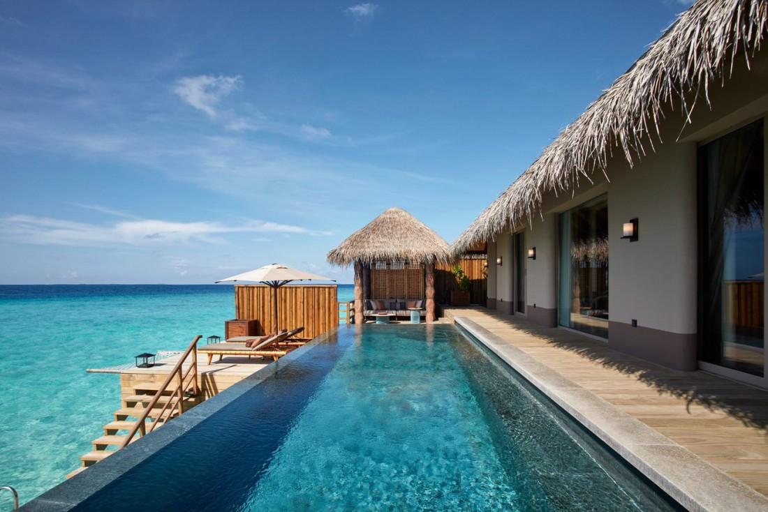 JOALI Maldives : une Water Villa avec piscine et son deck pour lézarder au soleil. © DR