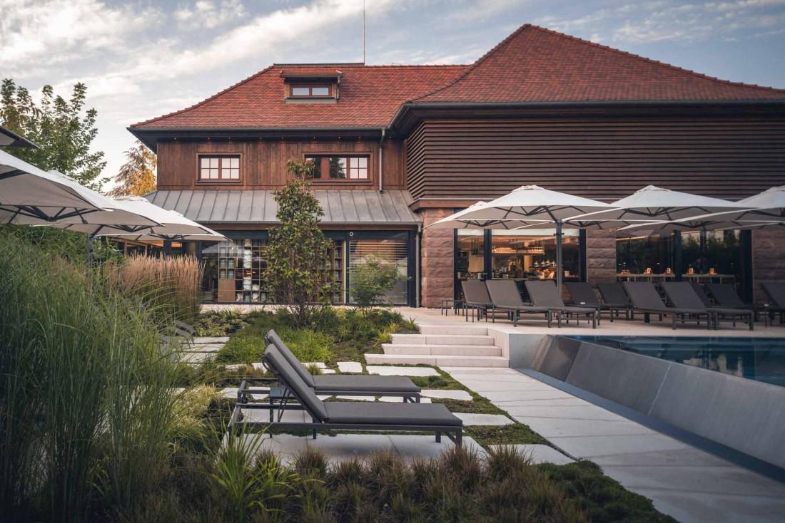 La terrasse se prolonge en une piscine à débordement © Nis&For