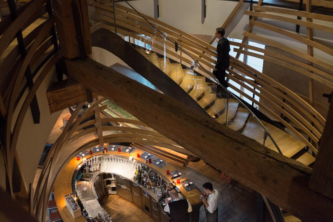 Le bar et le majestueux escalier dessiné par Join et Manku.