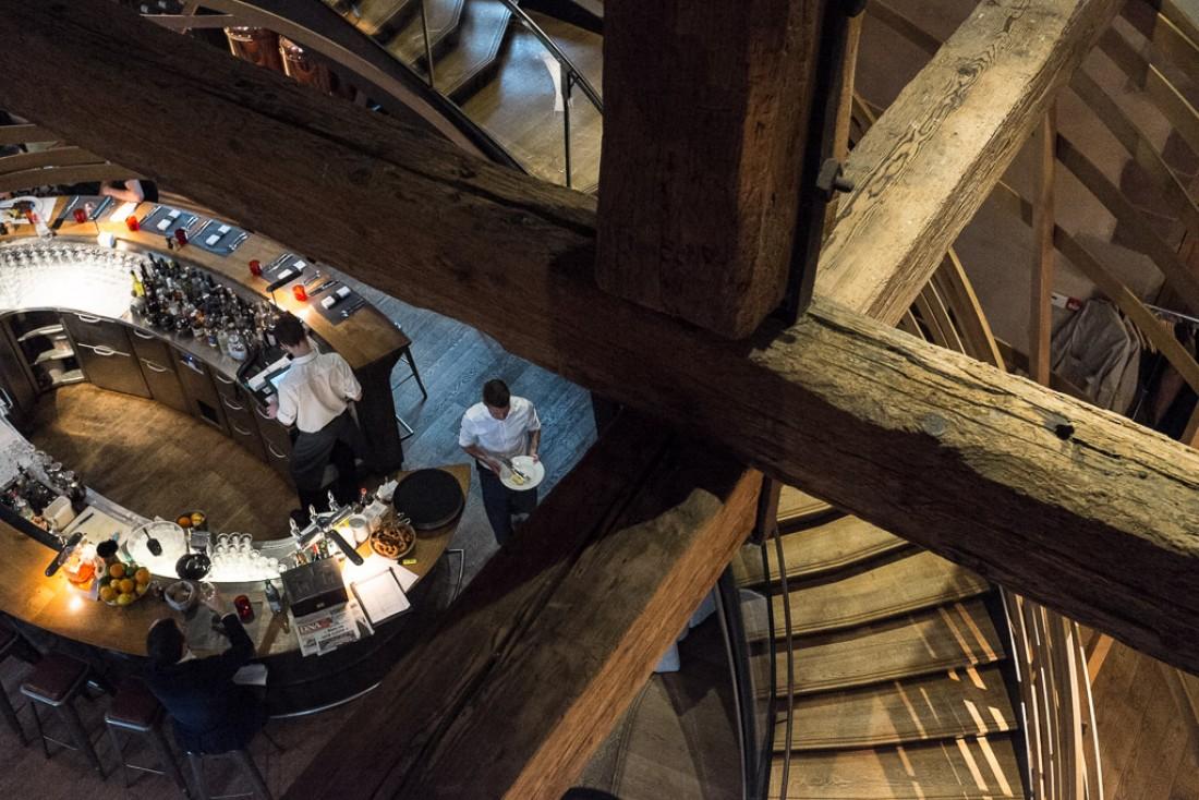 Vue du bar et de l'escalier depuis le premier étage.
