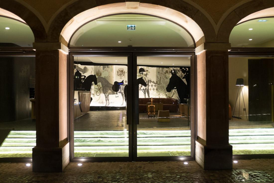 L'entrée de l'hôtel des Haras, en face de la brasserie.