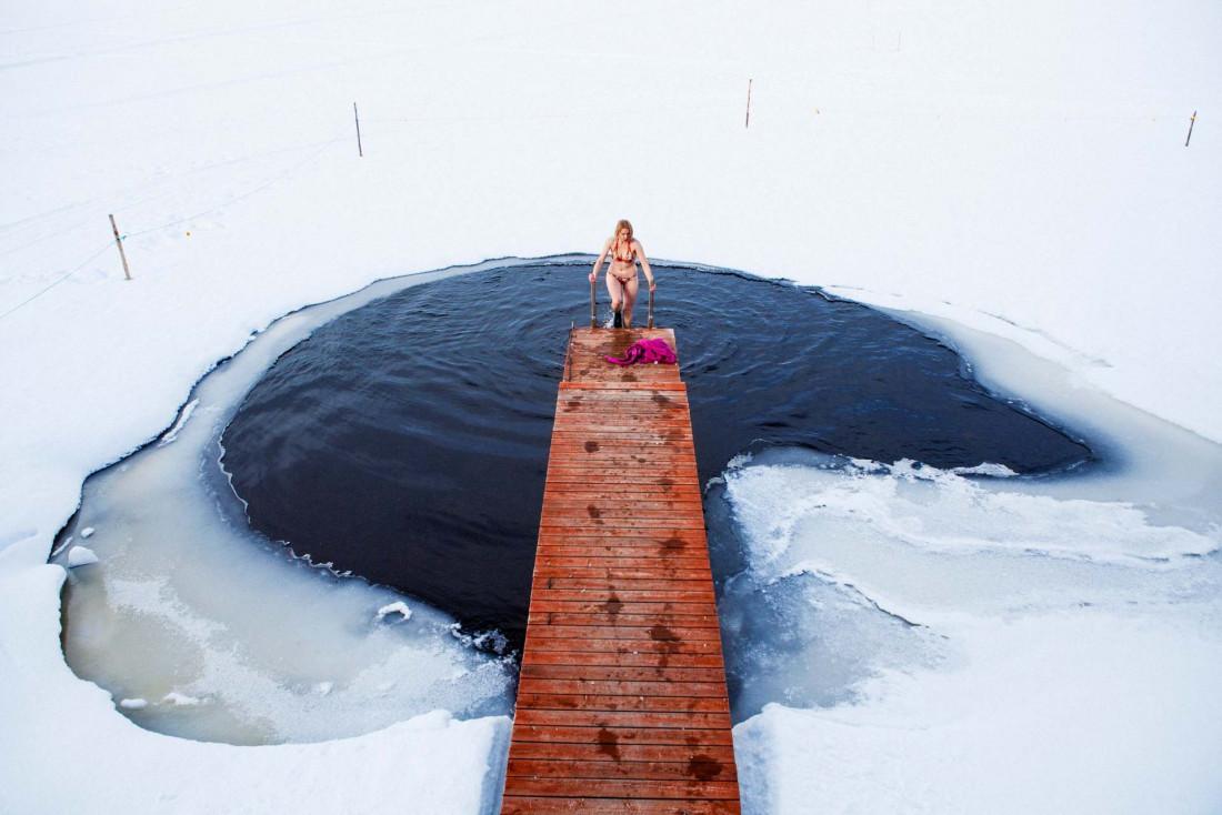 Après une session sauna, plongée dans l'eau glacée des lacs © Mikko Ryhänen - VisitFinland