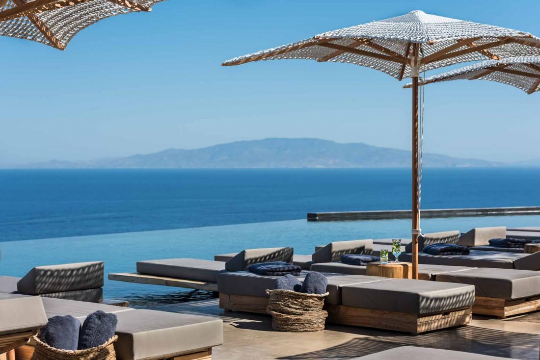 La piscine à débordement de l'Andronis Arcadia est la plus grande de Santorin © Andronis Arcadia