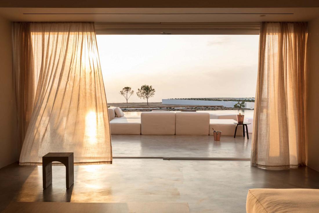 Les baies vitrées laissent rentrer les derniers rayons du soleil © Andronis Arcadia