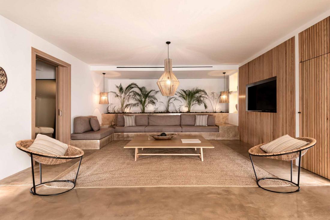 Les matières brutes, le bois et l'artisanat local apportent chaleur et convivialité aux intérieurs © Andronis Arcadia