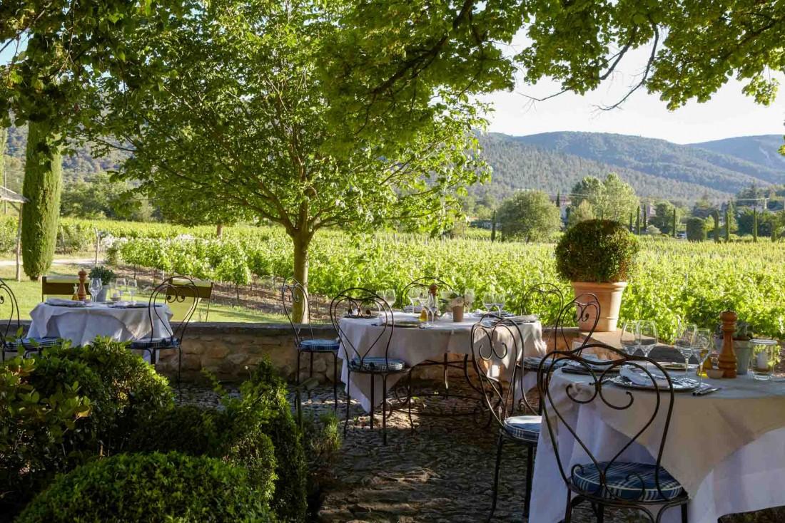 Le restaurant ombragé de la Bastide de Marie © MP. Morel