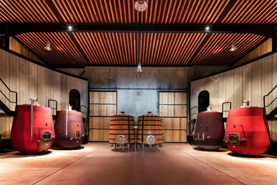 Le chais de Castigno respecte les couleurs rouges, violettes et fuchsia présentes dans l'hôtel © DR