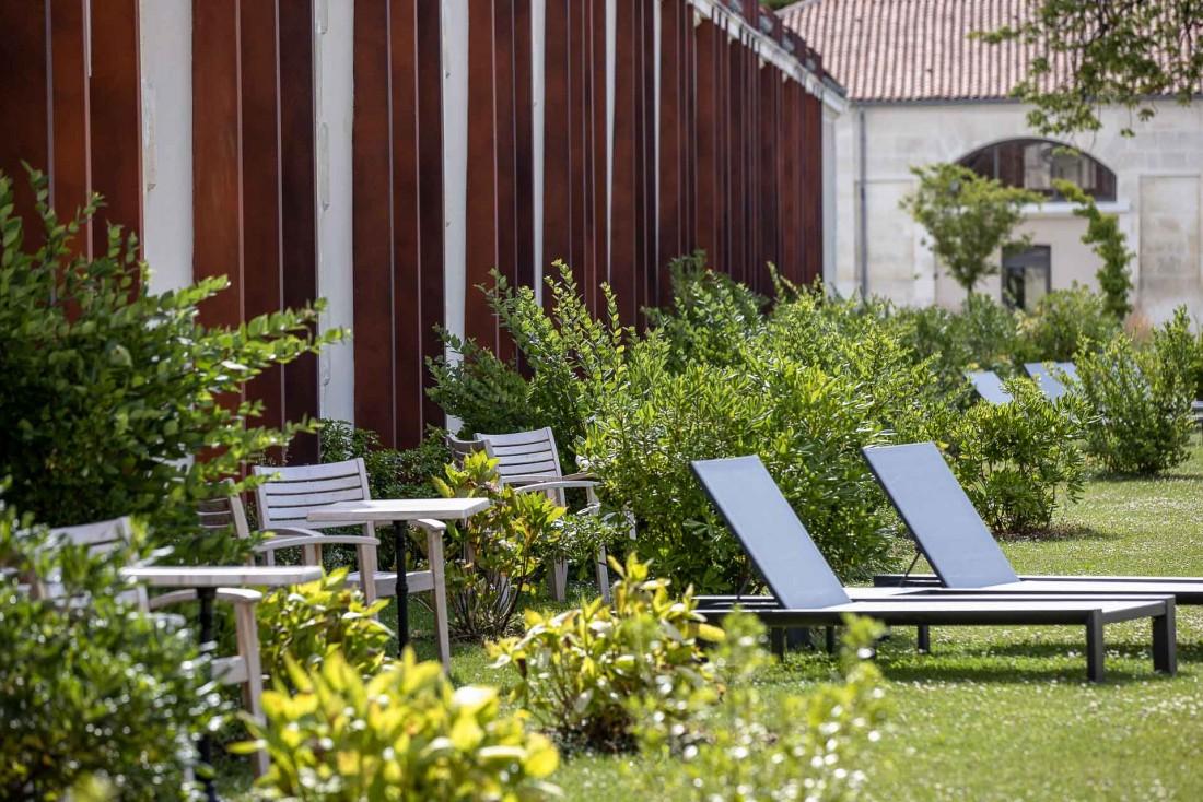 Tranquillité et verdure dans les jardins de l'hôtel Chais Monnet © Grégoire Gardette
