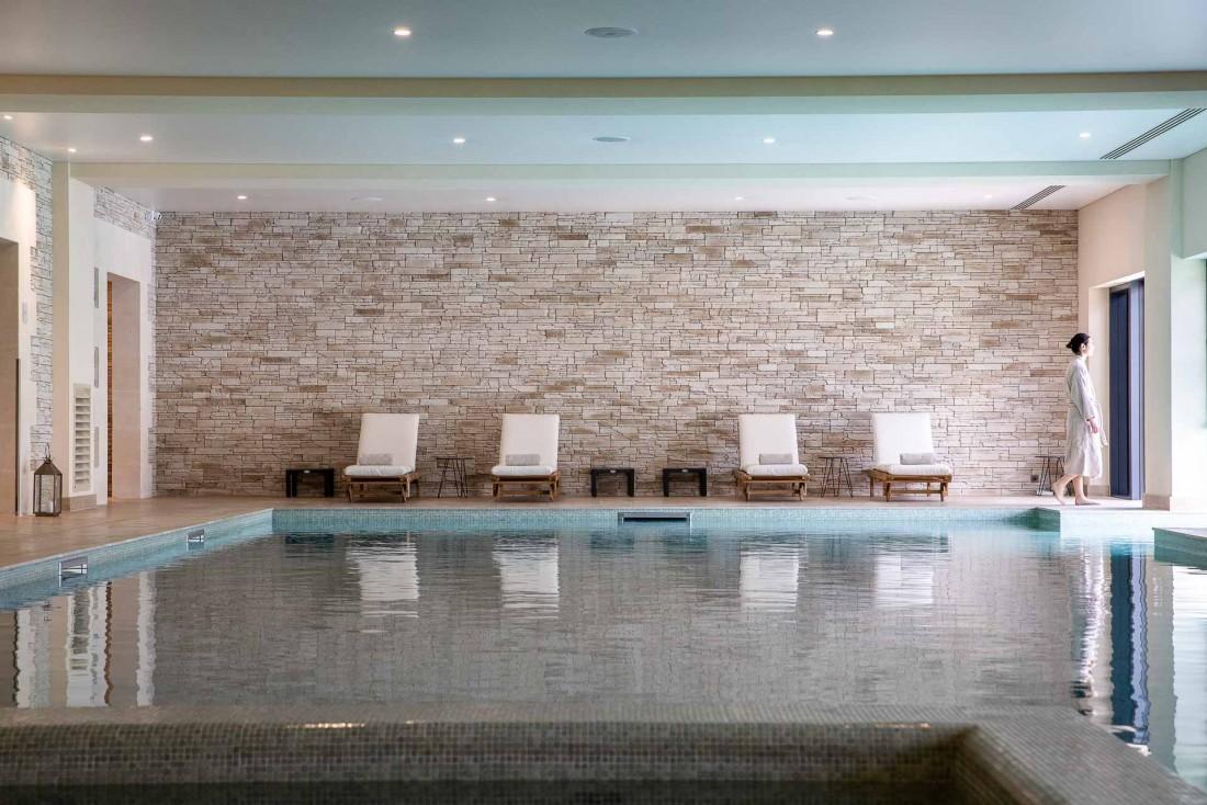 La piscine intérieure de l'hôtel Chais Monnet se prolonge à l'extérieur sur 17 mètres © Grégoire Gardette