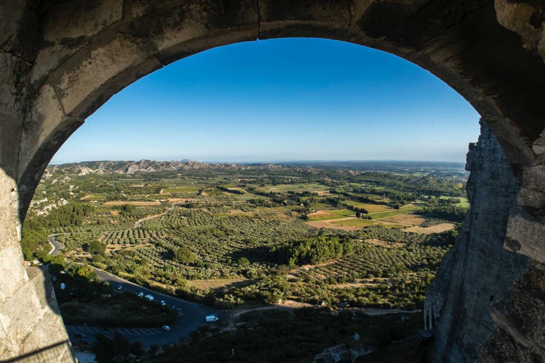 La vue sur les vignes et les oliviers depuis le château des Baux-de-Provence © Jaakko Kemppainen