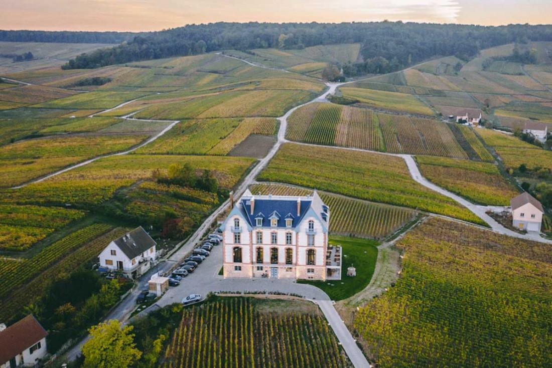 À une dizaine de kilomètres de Reims, le Château de Sacy est littéralement au milieu des vignes © DR