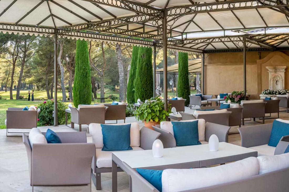 La terrasse extérieure du restaurant Christophe Bacquié © Live and Shoot