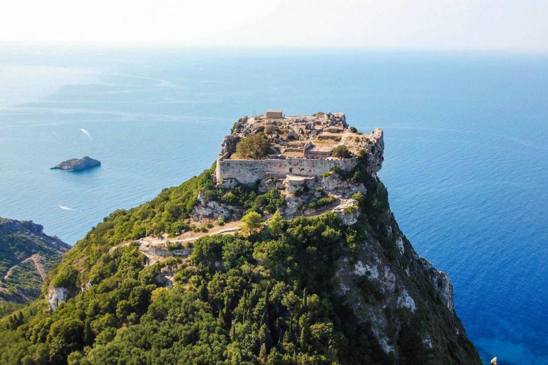 Le château fort byzantin d'Angelókastro, l'un des vestiges architecturaux les plus imposants des îles Ioniennes © shutterstock
