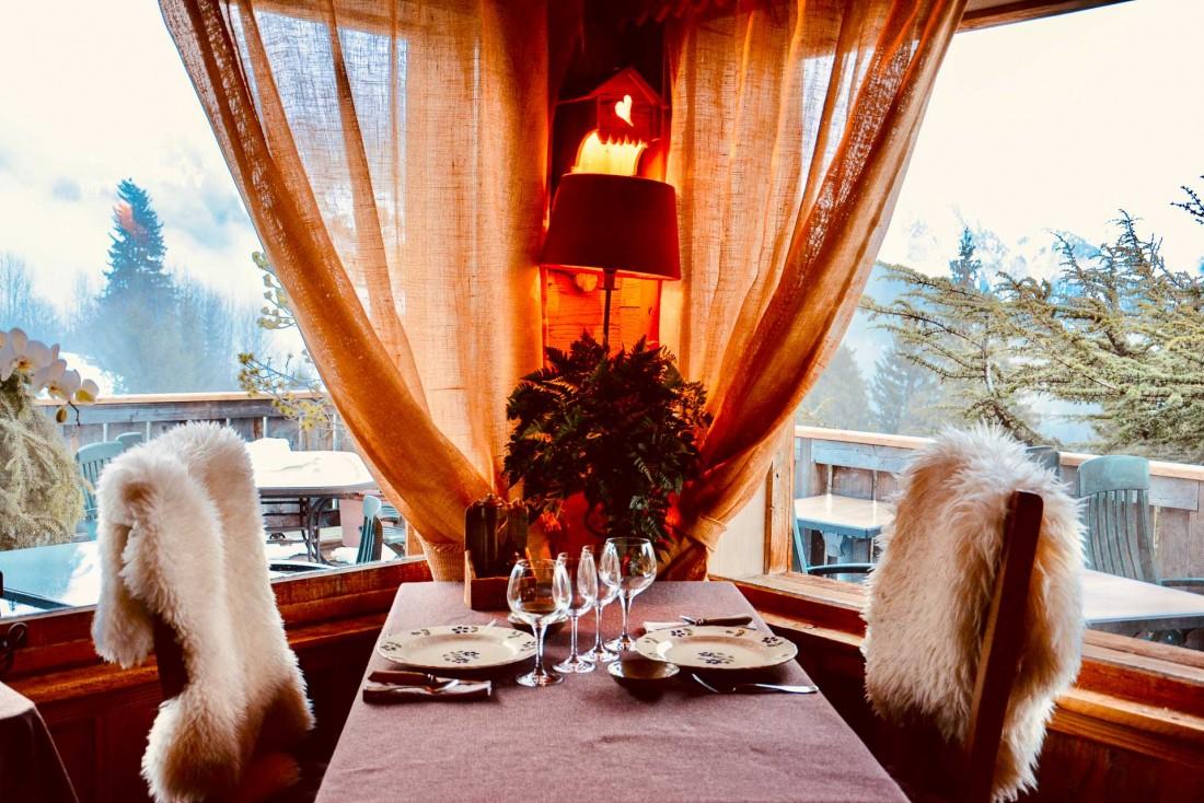 Déjeuner avec vue sur la chaine des Alpes enneigées. © Emmanuel Laveran.