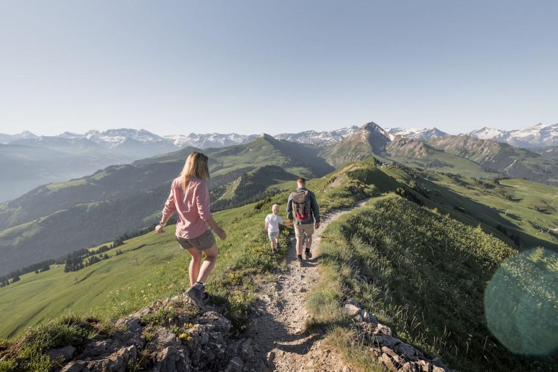 Randonnée en famille à Gstaad parmi les sommets des Alpes © Destination Gstaad / Melanie Uhkoetter