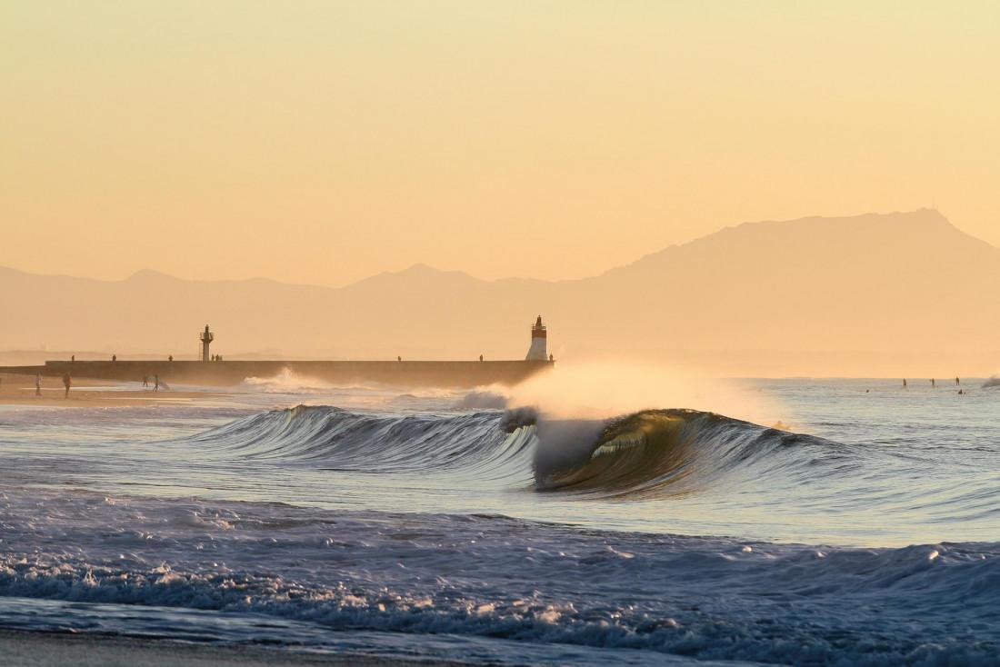 Les rouleaux déferlent sur la côte, paradis des surfeurs débutants et aguerris © Baptiste Haugomat
