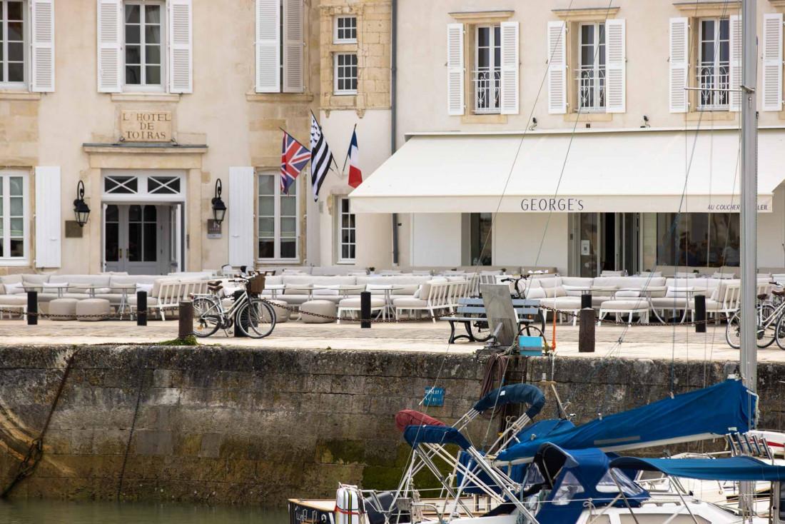 L'Hôtel de Toiras surveille les visiteurs qui arrivent par la mer à l'entrée du port de Saint-Martin-en-Ré © DR