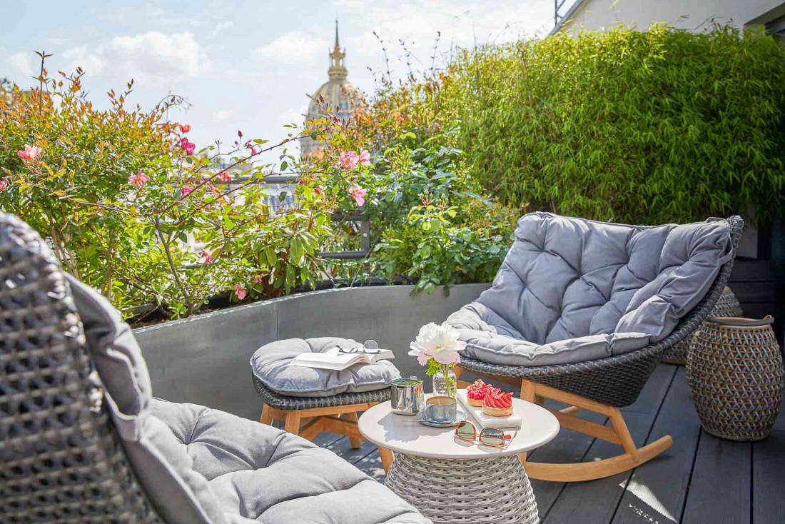 Hôtel Le Cinq Codet | La terrasse avec vue sur les Invalides de la Suite Eiffel © Antoine Schramm