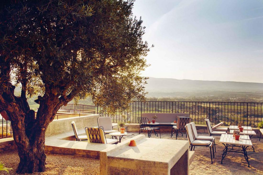 La terrasse domine toute la vallée, idéal pour un verre avant le diner © Hôtel Crillon le Brave