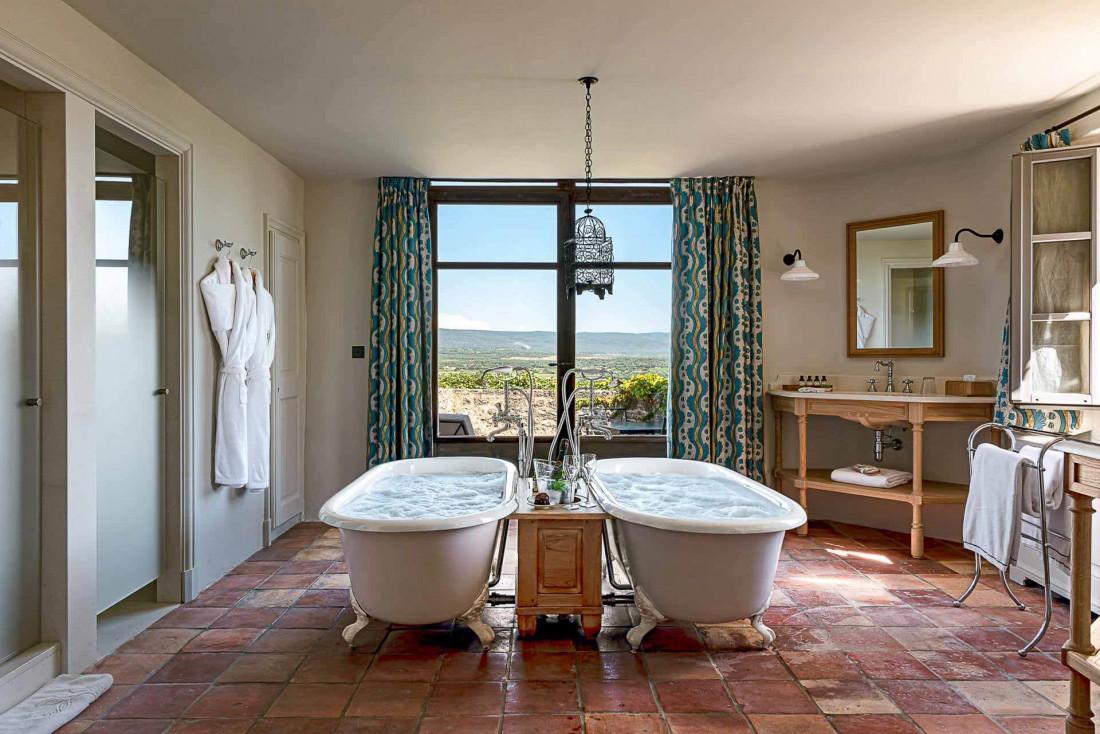 Les salles de bain de style provençal ont un air rétro © Hôtel Crillon le Brave