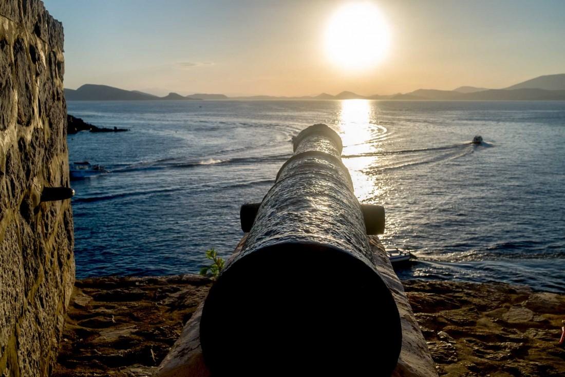 Canon faisant face à la mer sur l'île d'Hydra. © DB / YONDER.fr