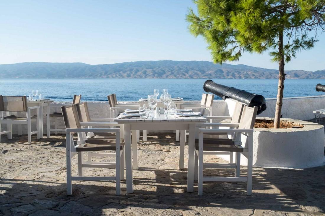 La terrasse avec vue du Restaurant Sunset à Hydra © DB / YONDER.fr