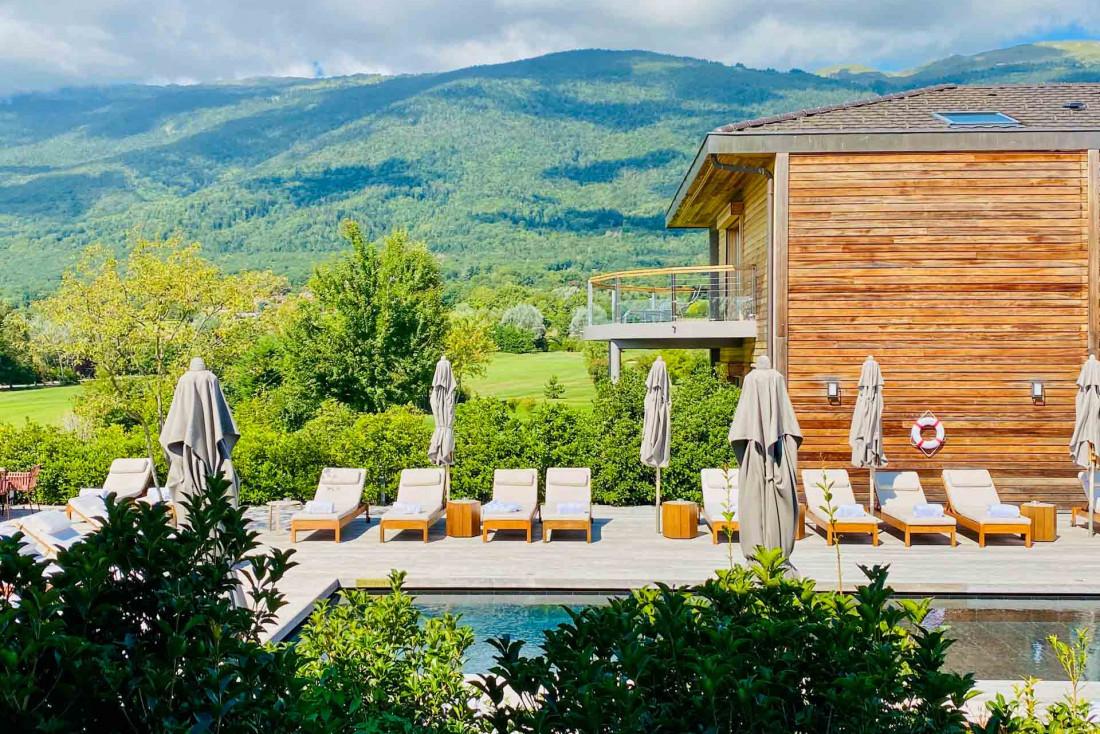 La piscine extérieure depuis l'une des chambres, les montagnes en toile de fond © Emmanuel Laveran