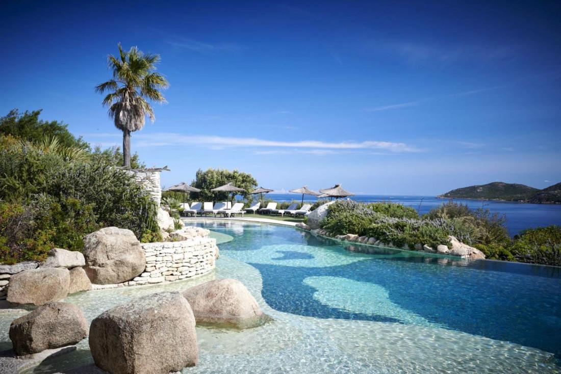 La piscine à débordement de l'hôtel de luxe U Capu Biancu près de Bonifacio © Ian Abela