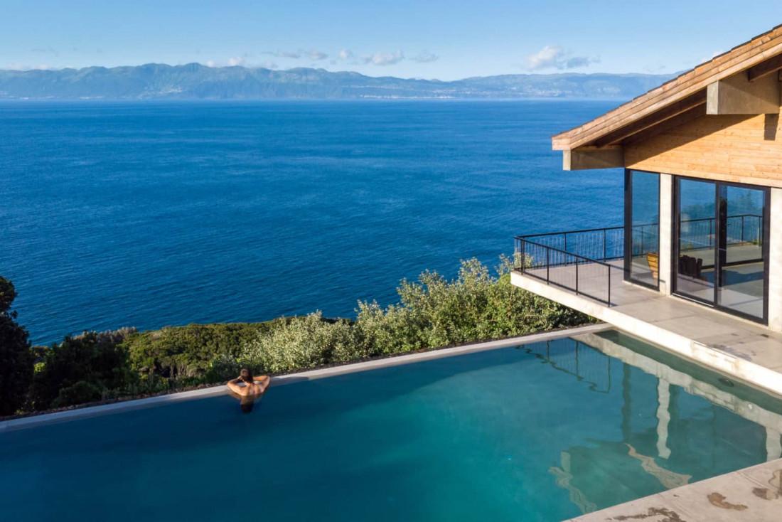 Sur l'île de Pico, qui abrite le plus haut sommet du Portugal, la piscine de Lava Homes © Lava Homes