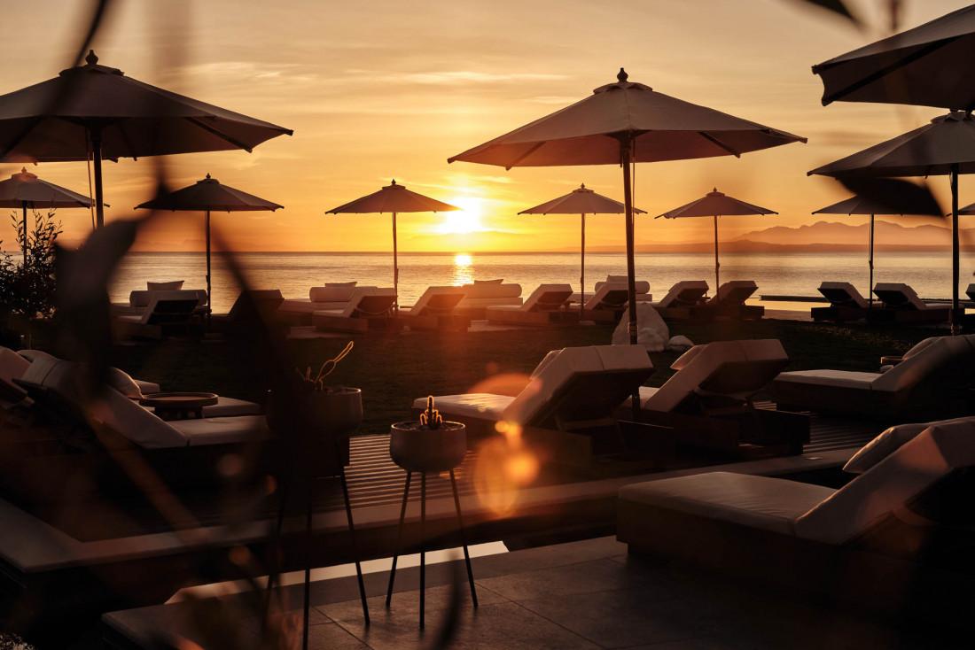 Lesante Blu Beach Resort   L'Almyra Beach, beach-bar et place privée de l'hôtel © DR