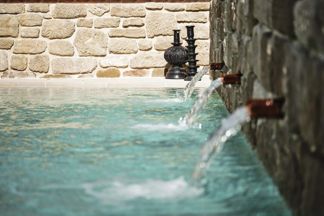 Le bassin de nage dans le jardin aux allures de fontaine de village © Weston Mills
