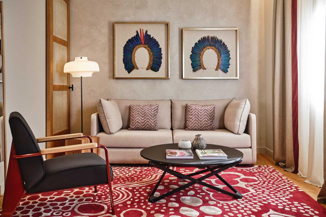 Coiffes amazoniennes, tapis basques aux imprimés colorés, meubles design, un mix and match réussi © Weston Mills