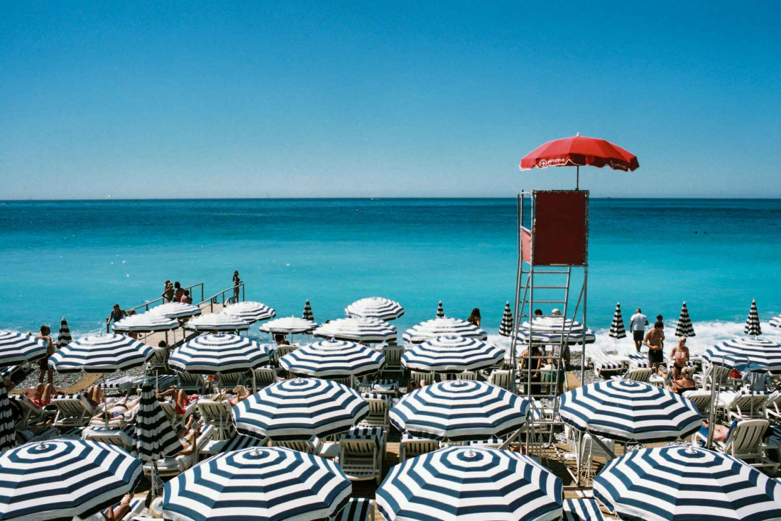 L'été venu, la plage de Nice devient le cœur de la ville © Nick Page