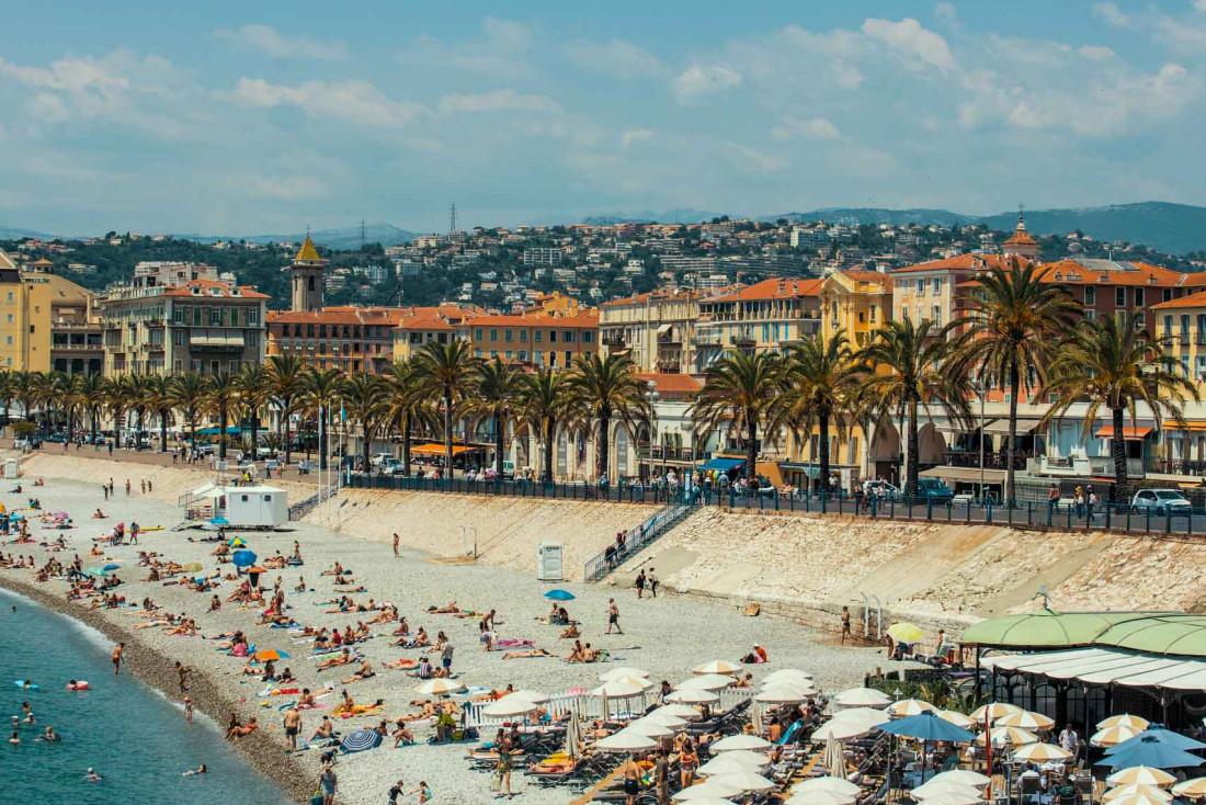 La Promenade des Anglais qui se termine devant le Vieux Nice © Daniel Van Den Berg