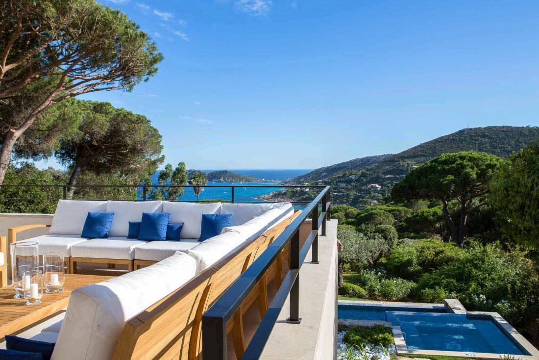 La Réserve Ramatuelle | Terrasse avec vue dans les 14 villas du palace © DR