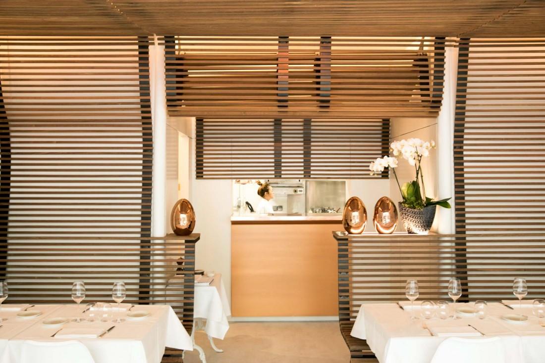 La salle à manger de Pertinence, un écrin élégant pour ce nouveau restaurant du 7ème arrondissement © Guillaume Lechat