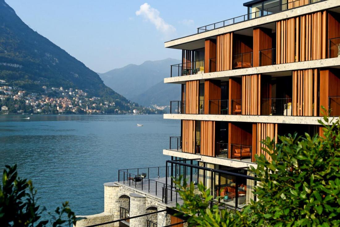 La silhouette contemporaine du Sereno tranche avec les hôtels classiques du lac de Côme © il Sereno