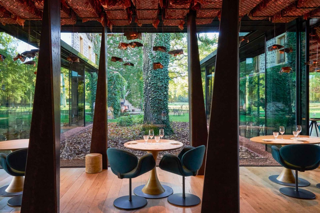 La salle épurée du restaurant Troisgros à Ouches, l'une des plus belles de France © Marie-Pierre Morel