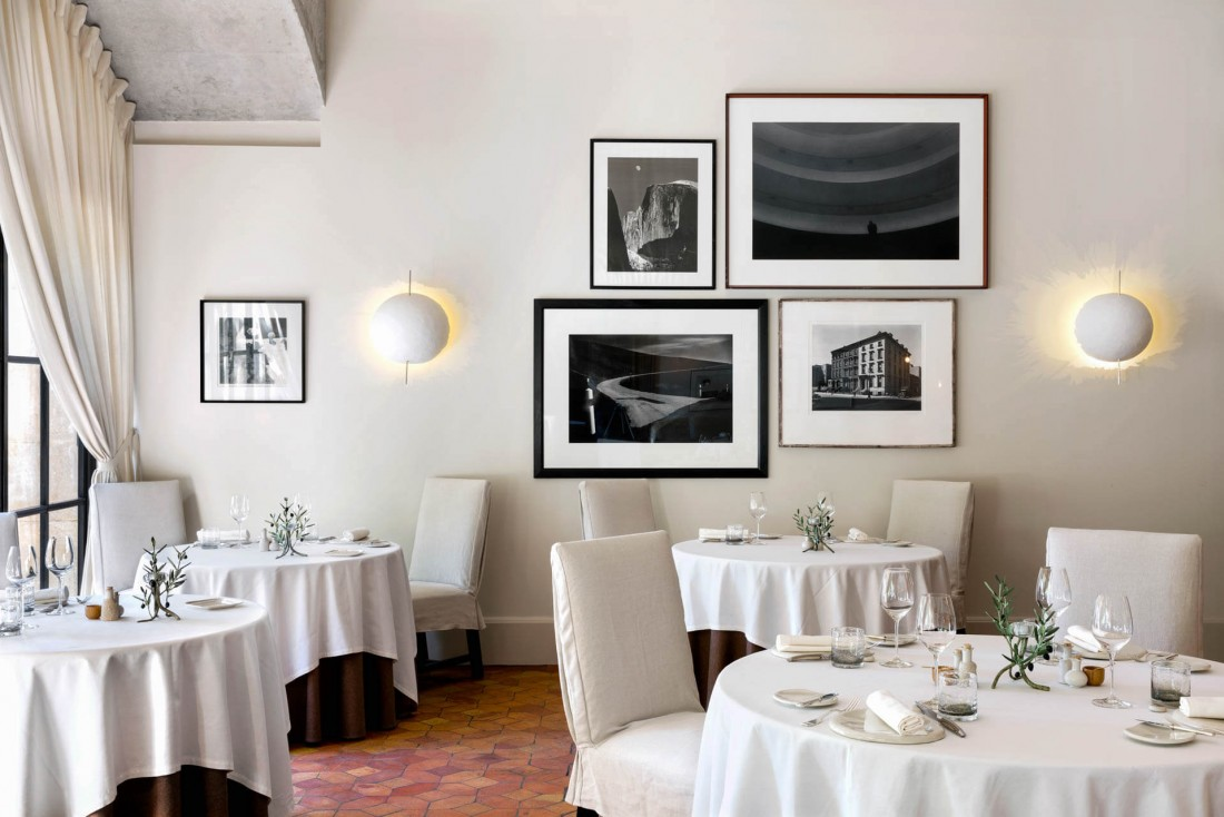 La salle du restaurant l'Oustau à Baumanière, aux Baux-de-Provence © DR