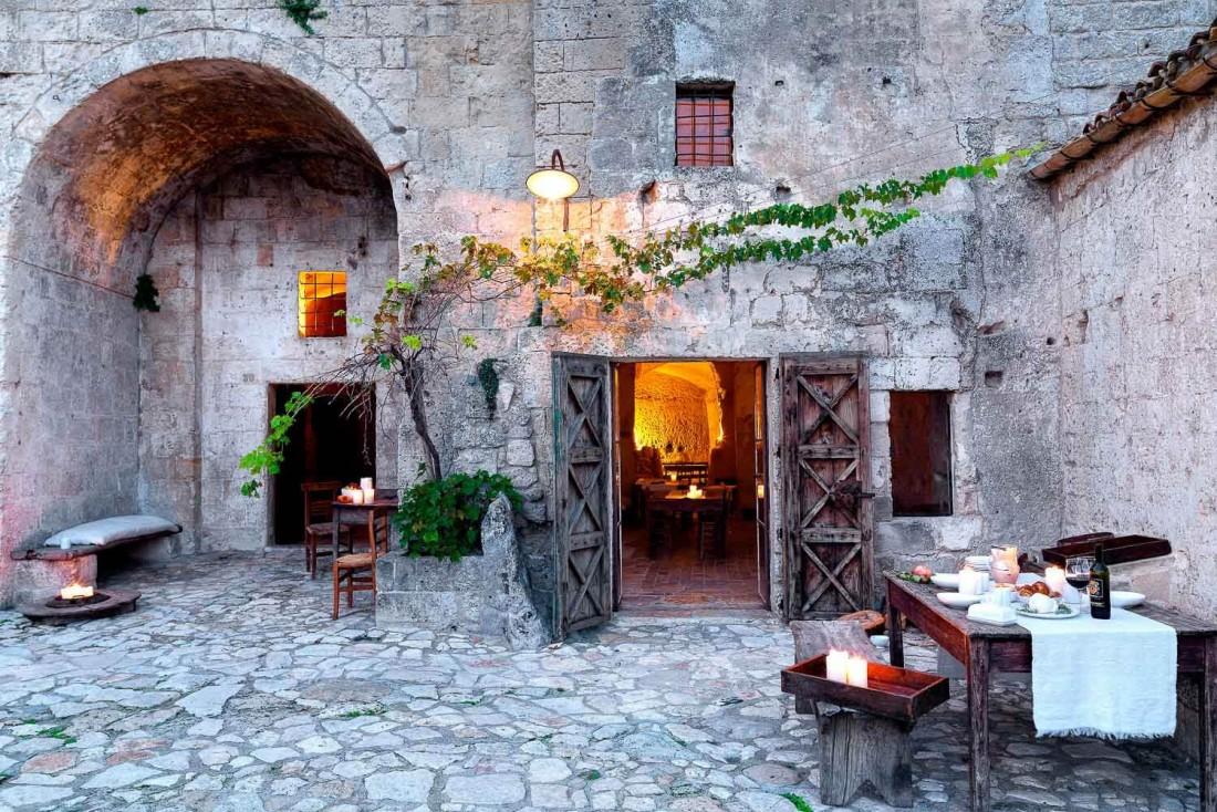 La cour de l'hôtel Sextantio, créé dans d'anciennes carrières de pierre © Sextantio