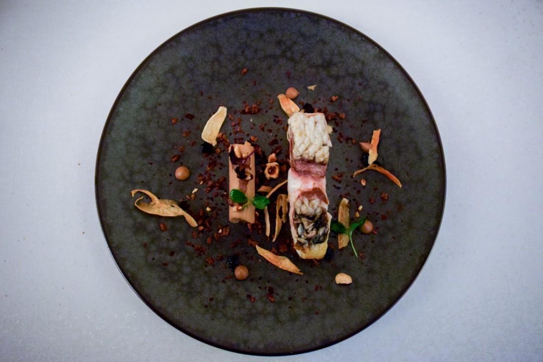 Bar rôti « Ecailles croustillantes » / Noisettes du Piémont & pain torréfié © YONDER.fr