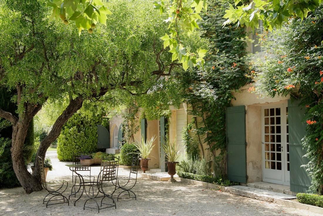 Atmosphère provençale et relaxante dans les jardins du domaine | © Baumanière