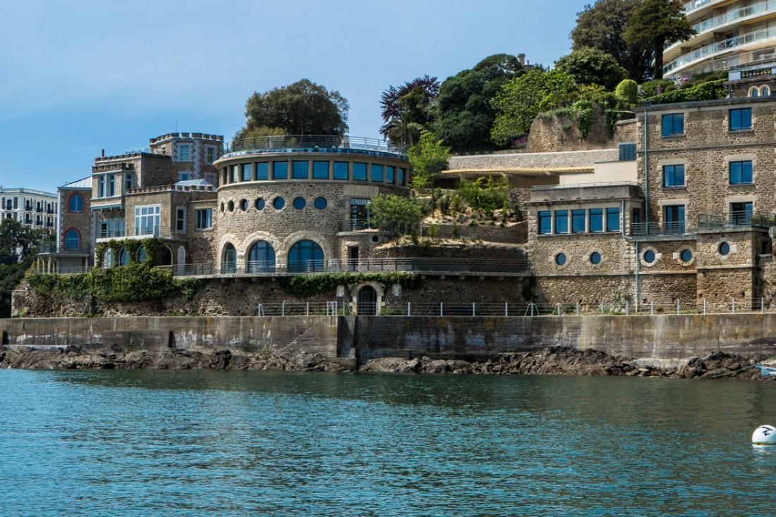 La sublime bâtisse de Dinard a traversé les hommes et les époques. Aujourd'hui l'hôtel Castelbrac s'élève sur la mer.
