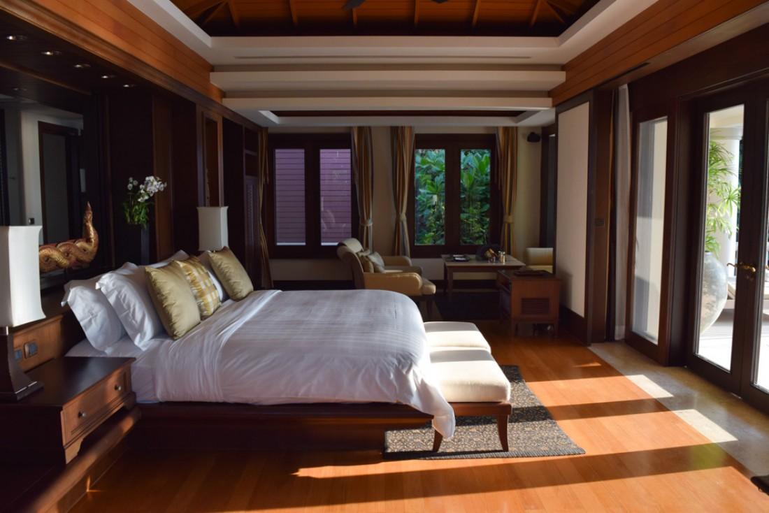 A l'intérieur d'une chambre à coucher d'une Ocean View Pool Villa : le lit est orienté vers la terrasse et la mer | © Yonder.fr