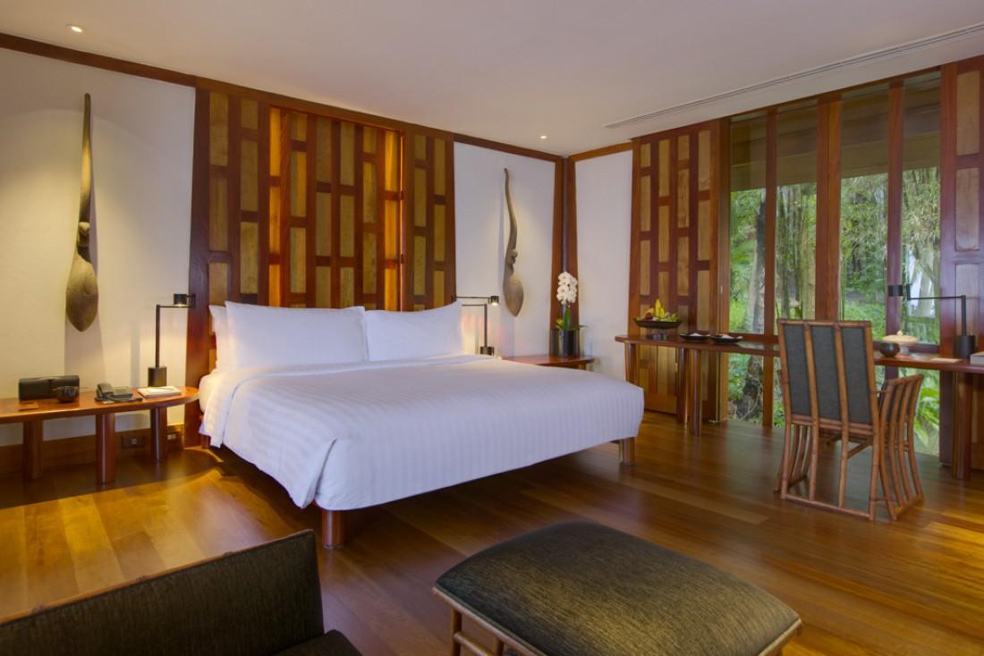 Lit kingsize et décor intemporel mettant à l'honneur le bois, à l'intérieur d'un pavillon | © Aman
