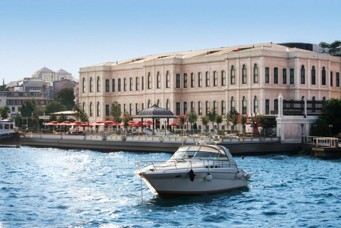 L'hôtel dispose d'un quai privé sur le Bosphore, permettant de se déplacer en bateau privé © Four Seasons Hotels & Resorts